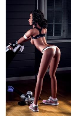 Irene una chica que ama el fitness, tiene la piel negra y el cabello rizado, es la muñeca sexual de silicona más vendida.